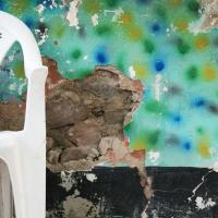Stuhl vor Wand